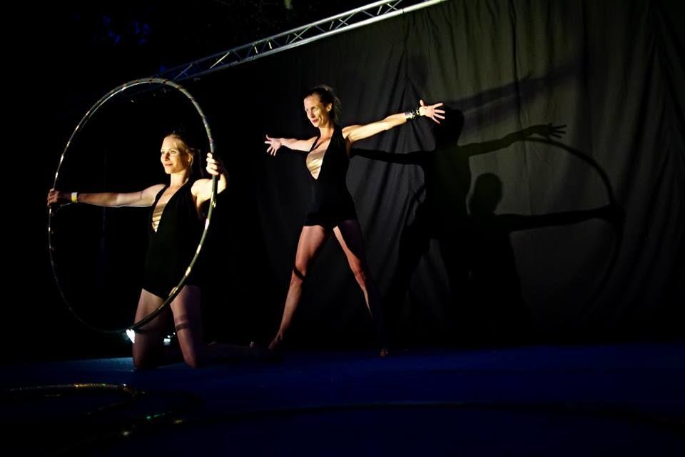 Dvě holky vjednom kole - Hula hoop - taneční vystoupení - Rinas Company